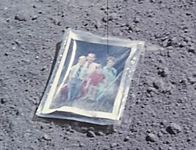 Ay Yüzeyindeki Aile Fotoğrafı