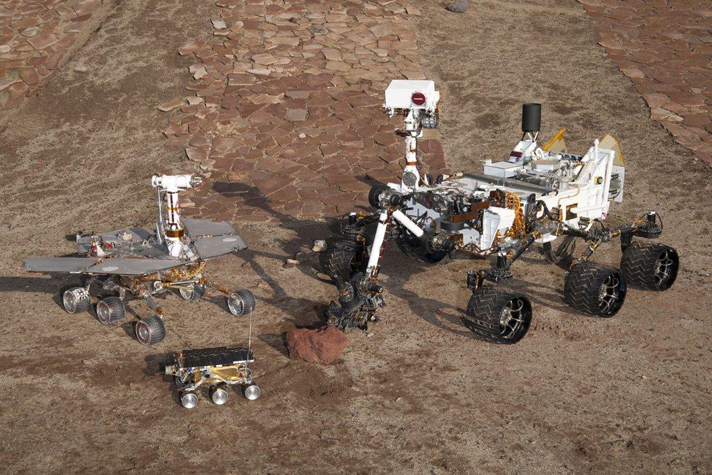Üç kuşak Mars gezgini bir arada. Önde Pathfinder seferindeki Sojourner aracının yedeği, solda Spirit ve Opportunity'nin kardeşi olan test aracı, sağdaki Curiosity'nin eşi olan test aracı.