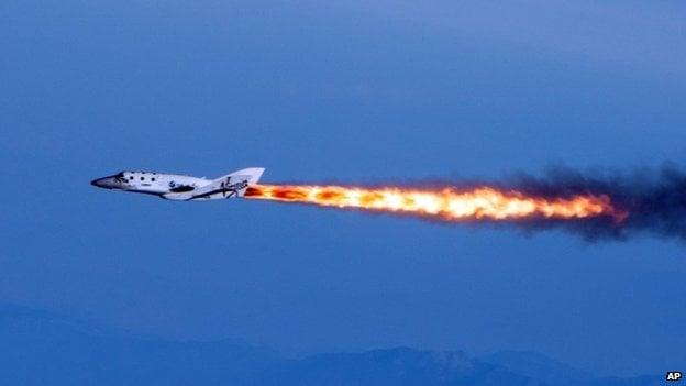 2013 yılında roket gücü altında SpaceShipTwo.