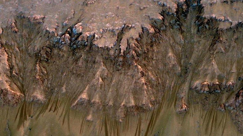 Mars yüzeyindeki su akıntısı izleri birçok bölgede gözlemlendi. [Fotoğraf: NASA]