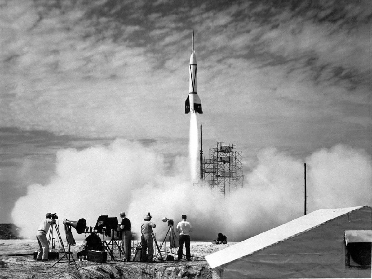 Cape Canaveal, Florida'da Bumber V-2 adlı iki kademeli roketin fırlatılışı, Amerika'nın uzay yolculuğunda yeni bir bölüm açıyordu. Üst bölüm neredeyse 400 kilometre yukarıya ulaşabiliyordu ki bu, şimdinin modern uzay araçlarının uçuş mesafesidir. General Electric'in denetiminde gerçekleşen fırlatış sırasında test roketi, atmosferin üzerine ulaştı. Bu ilk denemeden sekiz yıl sonra, 1958 yılında Amerika Birleşik Devletleri, NASA'yı kurdu.
