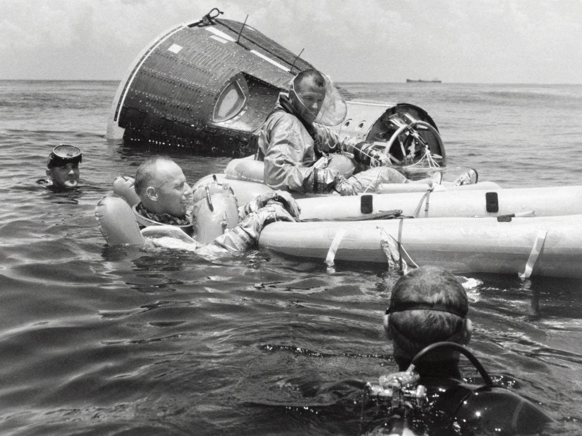Gemini 5 görevi astronotları Charles Conrad Jr. ve Gordon Cooper Jr., Meksika Körfezi'nde görev sonrası yere inişleriyle ilgili hayatta kalma becerilerileri üzerinde çalışıyorlar.