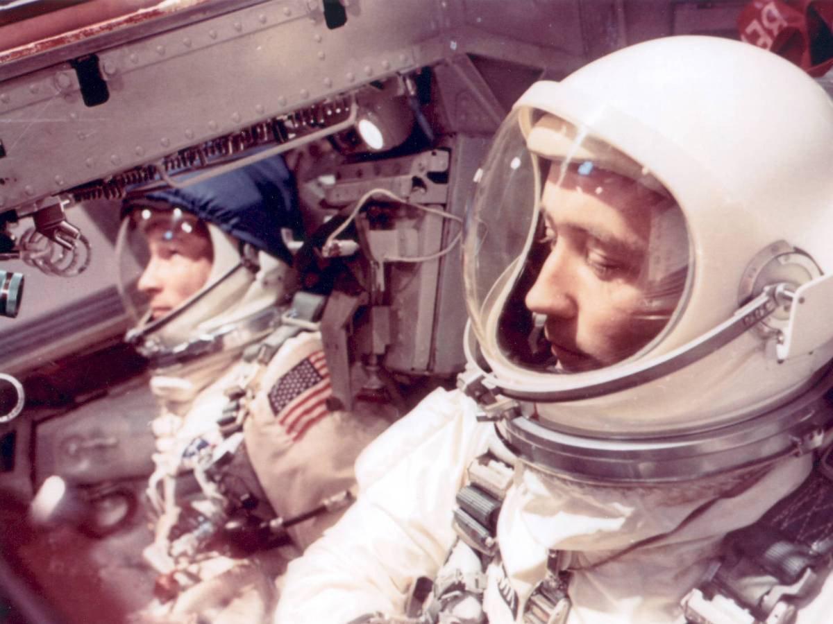 Astronotlar Edward H. White II ve James A. McDivitt, Gemini 4 görevinde kalkış öncesi koltuklarına bağlanmış, fırlatılmayı bekliyorlar.