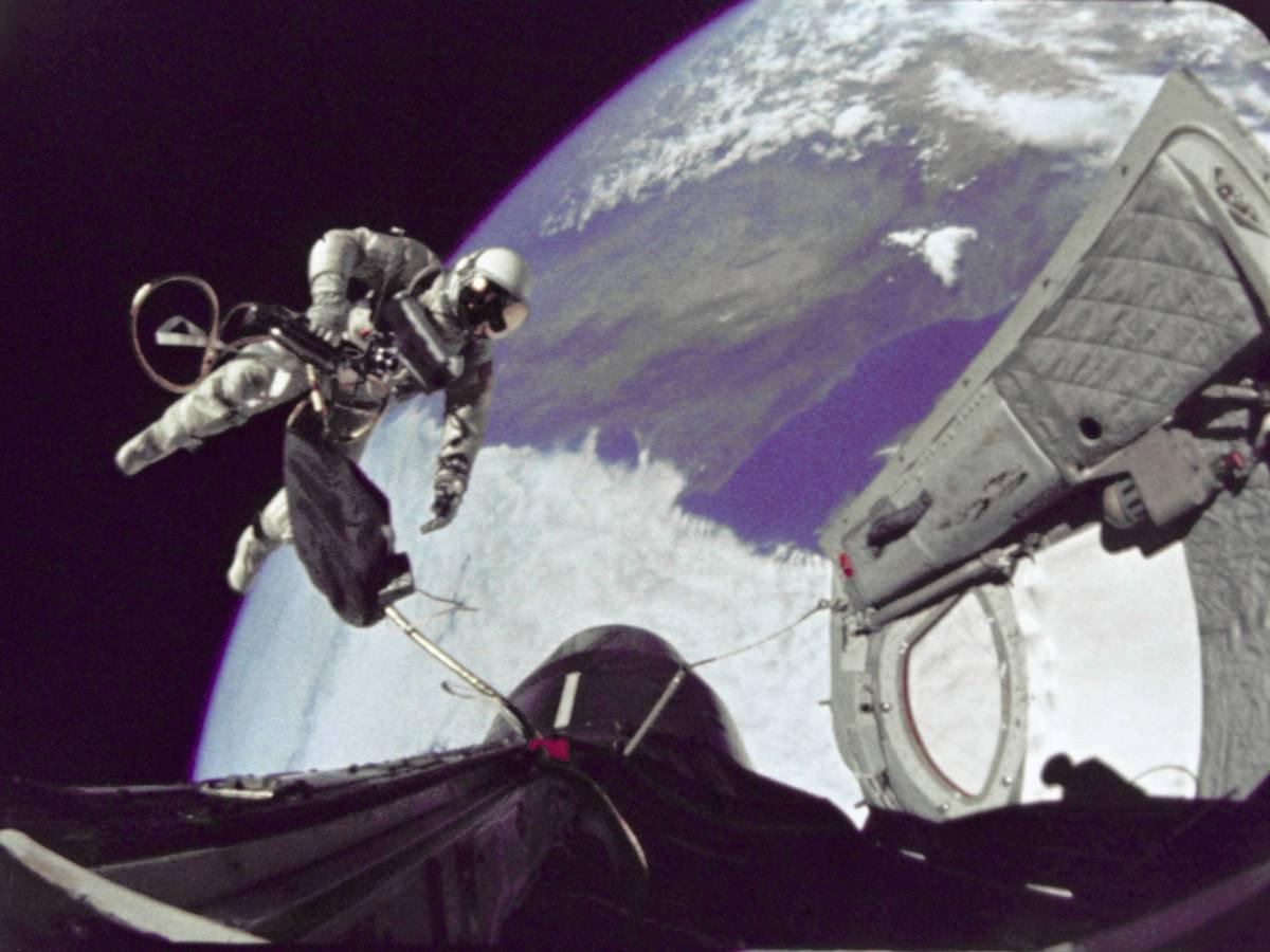 Astronot Edward H. White II, uzay aracı dışı görevi sırasında uzay boşluğunda süzülüyor.