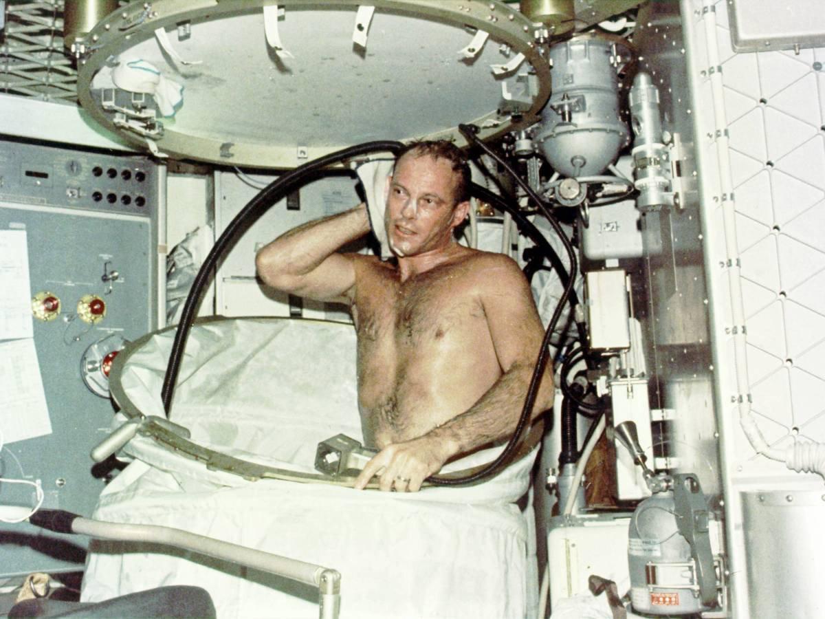 Skylab uzay istasyonunda 59 gün kalan astronot Jack R. Lousma duş alıyor.