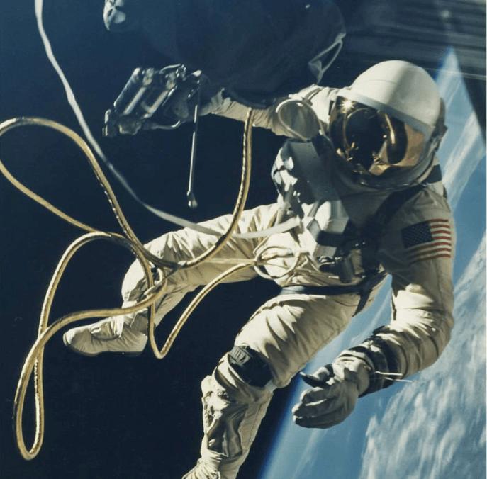 Astronot Ed White, modül dışı görevi sırasında geminin dışında incelemeler yaparken görülüyor.