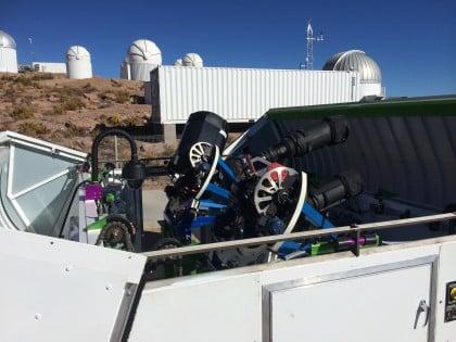 Gözlemde iki adet 14cm çapında lensli teleskop kullanıldı. Fotoğraf:Wayne Rosing