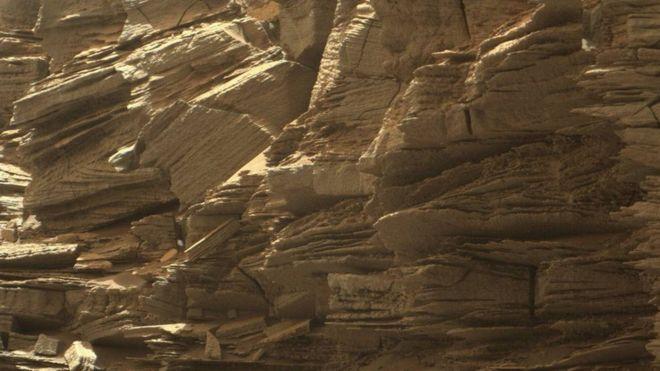 Bu yakın plan fotoğrafta Mars'taki kayaç yapısı ve milyonlarca yıl içerisinde oluşmuş jeolojik katmanlar net olarak görülebiliyor.