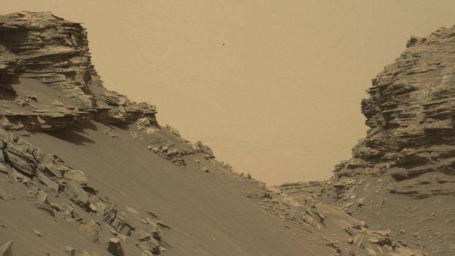 Curiosity'nin bu karesi hem eğimli tepeciklerin hem de kaya tabakalarının bulunduğu ve 'Murray Tepeleri' olarak bilinen bölgeden.