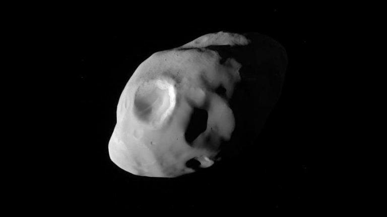 Cassini Satürn'ün Uydusu Pandora'yı Fotoğrafladı